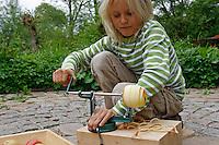 Kinder basteln sich einen Apfeltrockner, Kind schält und schneidet Apfel mit eine Apfelschälmaschine, Apfel, Äpfel, Äpfel trocknen, Trockenobst, Apfelringe, apple, apples