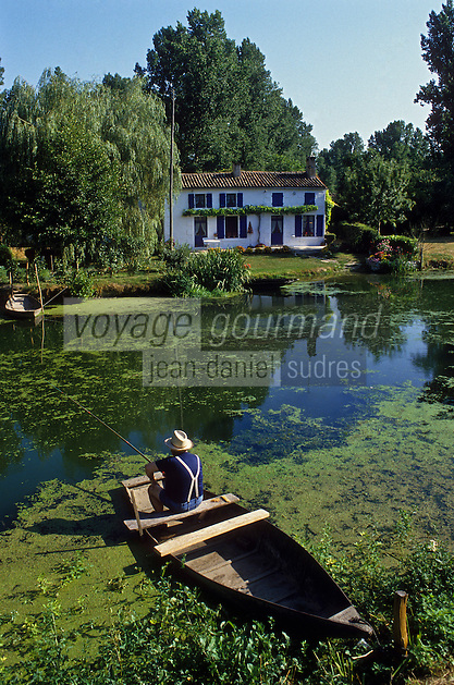 Europe/France/Poitou-Charentes/79/Deux-S&egrave;vres/Coulon&nbsp;: Marais poitevin, maison maraichine et p&ecirc;che &agrave; la ligne<br /> PHOTO D'ARCHIVES // ARCHIVAL IMAGES<br /> FRANCE 1990