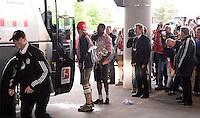Fussball 1. Bundesliga   Saison  2012/2013   34. Spieltag   FC Bayern Muenchen  - FC Augsburg     11.05.2013 Deutscher Meister 2012/2013 FC Bayern Muenchen Fast vergessen, Bastian Schweinsteiger (li) und David Alaba mit Schale bei der Abfahrt zur Meisterfeier an den Marienplatz