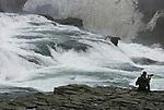 Foto: VidiPhoto..GULLFOSS - De Gullfoss is een waterval in de Hvítá (Witte rivier) in Zuid-IJsland, ook wel de Gouden Waterval genoemd. Het is een van de mooiste watervallen van IJsland. De waterval IS onderdeel uit van de Golden Circle, een favoriete rondreis langs Þingvellir, de Geysir en de Gullfoss die vanaf Reykjavik in één dag is af te leggen, en is mede daardoor een van de meest bekende IJslandse toeristenplaatsen is. Het water valt in twee trappen, die min of meer haaks op elkaar staan, 32 meter naar beneden in een kloof die ook weer geheel haaks op de tweede trap staat. De trappen worden gevormd door harde lagen basalt die worden afgewisseld door zachtere materialen. De kloof is meer dan 70 meter diep, 20 meter breed en 2,5 kilometer lang..
