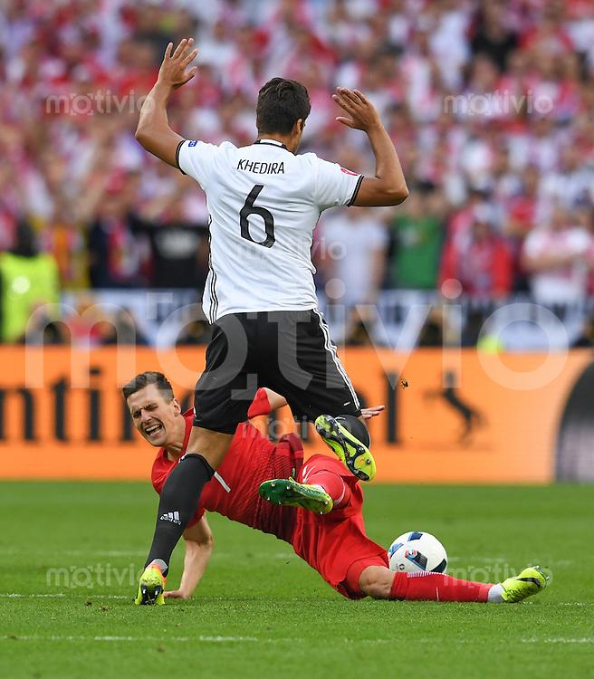 FUSSBALL EURO 2016 GRUPPE C IN PARIS Deutschland - Polen    16.06.2016 Arkadiusz Milik (Polen, am Boden) gegen Sami Khedira (Deutschland)