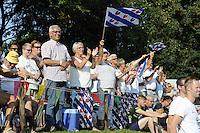 FIERLJEPPEN: GRIJPSKERK: 27-08-2016, Nederlands Kampioenschap Fierljeppen/Polsstokverspringen, De fans van Bart Helmholt vieren zijn overwinning, ©foto Martin de Jong