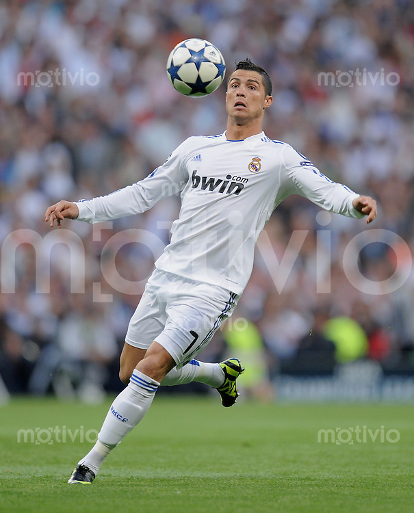FUSSBALL   CHAMPIONS LEAGUE   SAISON 2010/2011   Halbfinale  27.04.2011 Real Madrid  -  FC Barcelona Cristiano Ronaldo (Real Madrid) am Ball