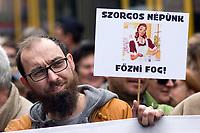 UNGARN, 22.04.2017, Budapest - VI. Bezirk. Die Spasspartei MKKP, &quot;Partei der doppelschwaenzigen Hunde&quot;, ruft zum Satire-Protest gegen die von der Fidesz-Regierung betriebene Putinisierung Ungarns. Es wird eine unerwartete Grossdemonstration mit tausenden Teilnehmern.  -&quot;Unser eifriges Volk wird kochen!&quot; (Zur bekannt frauenverachtenden Einstellung der Fidesz-Regierung.) | The MKKP funparty &quot;Two-tailed dog party&quot; calls for satiric protest against the Fidesz government's putinization of Hungary. The event turns into a large demonstration with thousands of participants. &quot;Our zealous people will cook!&quot; (On the well-know misogynous attitude of the Fidesz government.)<br /> &copy; Martin Fejer/EST&amp;OST