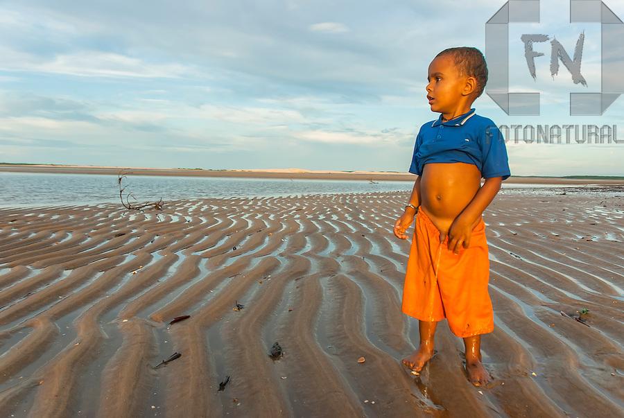 Filho de pescador nativo fazendo xixi na Ilha do Caju | Son of native ...: http://fotonatural.photoshelter.com/image/I0000UIGfJtcxHlo