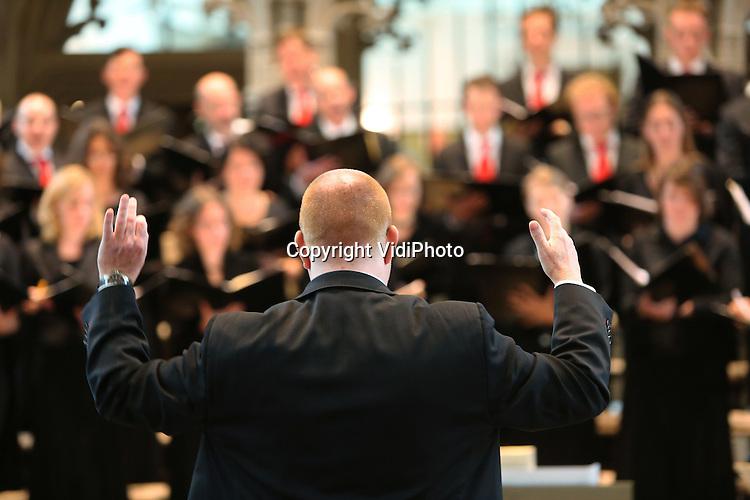 Foto: VidiPhoto..AMERSFOORT - Repetitie en uitvoering van de Reformatorische Oratoriumvereniging Sonante Vocale, een van de 'jongste' oratoriumverenigingen van Nederland, in de St. Joriskerk in Amersfoort van de Lutherse missen van o.a. Bach. Foto: Met dirigent Patrick Pranger...