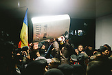 Demonstranten st&uuml;rmen das Parlament. Zehntausende demonstrieren gegen die neue Regierung in Chisinau, Republik Moldau. / <br />