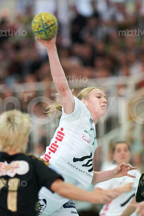 Handball Frauen 2.Bundesliga, FrischAuf Goeppingen - HSG Bensheim-Auerbach, Jessica Schulz (FAG) im Wurf, zieht ab