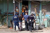 Roma 2 Aprile 2008.Rom's camp Casilino 900.Police checks.Controlli delle Forze dell'ordine