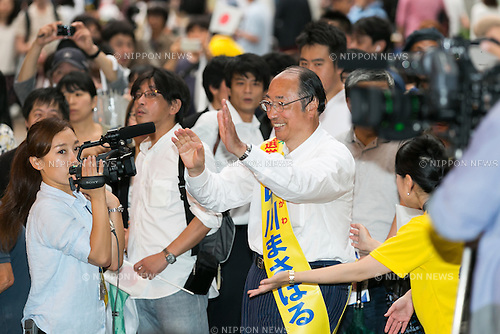 Liberal Democratic Party candidate Masaharu Nakagawa greets supporters during a campaign event in Akihabara on July 9, 2016, Tokyo, Japan. Shinzo Abe, leader of the Liberal Democratic Party and Prime Minister of Japan delivered his last campaign speech before the July 10th House of Councillors elections. (Photo by Rodrigo Reyes Marin/AFLO)