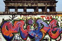 Berlino  settembre 1989 Gli ultimi mesi del muro che divideva Berlino Est e Berlino Ovest , Berlin, September 1989 The last months of the wall that divided East Berlin and West Berlin. la porta di Brandeburgo vista da berlino Ovest, muro con graffiti