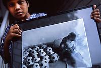 Ragazzi dell' hasram di Kailash Satyarthi Nobel per la pace 2014 (inizi anni 2000)<br /> Un ragazzo mostra una foto  di lavoro minorile , ragazzo che cuce palloni da football
