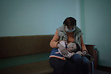 Treffen zwischen Elena und ihrer mit Down-Syndrom<br />geborenen Tochter Tatjana, die inzwischen vier Jahre alt ist. Elena<br />leidet an einer sehr fortgeschrittenen Form von chronischer TB und<br />ist HIV-positiv. Seit 2006 ist sie in Behandlung, es schien eine<br />Besserung einzutreten, seit 2009 leidet sie unter starken<br />R&uuml;ckf&auml;llen. Elena kommt aus extrem armen Verh&auml;ltnissen. Die<br />Situation der Familie ist schwierig, ein behindertes Kind ein<br />extreme Belastung // Moldova is still the poorest country of Europe. Hopes to join the European Union are high. After progress in the past years tuberculosis is on the rise again. The number of new patients raise since 2010 and is on a level that has not been reached since the late 90s.