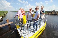 ALGEMEEN: LUINJEBERD: Fietsveerpont de Deelen, 11-07-2014, Wijkmanager Marc Jense (links) en Projectleider Henk Kuyper (midden) van de Gemeente Heerenveen, ©foto Martin de Jong