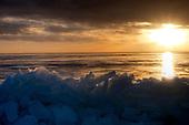 Kruiend ijs bij het haventje van Laaxum (Laaksum) aan het IJsselmeer.