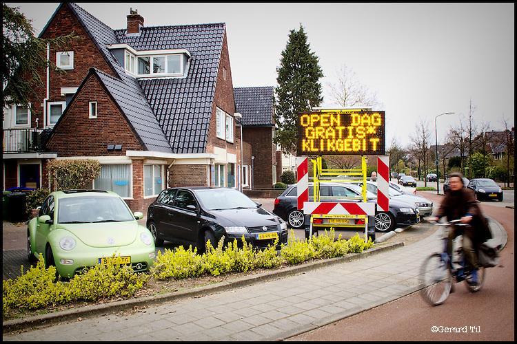 Nederland, Bilthoven  28-03-2012 Concurrentie / marktwerking bij tandartsen: Tandartsen praktijk in de wijk Brandenburg maakt reclame voor een gratis 'Klikgebit' te verkrijgen op de open dag op 31 maart. FOTO: Gerard Til / Hollandse Hoogte