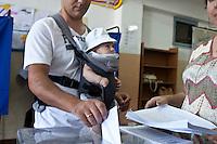 Atene,17 giugno 2012 elezioni politiche nazionali: un uomo col suo bambino piccolo al voto in un seggio della citt&agrave;.<br /> Athens, June 17, 2012 national elections, voting<br /> Ath&egrave;nes, Juin 17, 2012 &eacute;lections nationales, les bureaux de vote