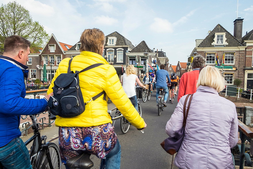 Nederland, Muiden, 20170506<br /> Recreatiefietsers in het centrum van Muiden.<br /> <br /> Foto: (c) Michiel Wijnbergh