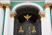 Saint Petersburg, Russia. The entrance to the Hermitage Winter Palace courtyard and garden.  the Winter Palace also know as the main building of the Hermitage Museum at historical centre of St. Petersberg . The green-and-white three-storey palace has 1786 doors, 1945 windows and 1057 halls and rooms, many of which are open to the public.///.entree du palais d'hiver, musee de l'hermitage a Saint petersbourg