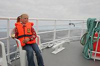 Walsafari, Wal-Safari, Ausfahrt mit einem Kutter, Boot, Schiff auf den Atlantik um Wale zu beobachten, whale watching, Wal, Andenes, Nord - Norwegen, Kind, Mädchen wartet auf die ersten Beobachtungen
