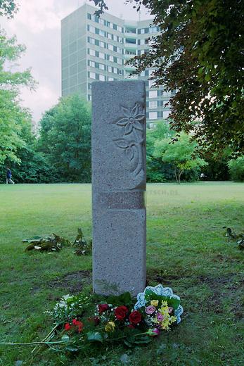 In der Nacht vom 10. auf den 11. Juni 2000 wurde der 39jaehrige Alberto Adriano aus Mosambik von drei Neonazis aus Wolfen und Bad Liebenwerda im Dessauer Stadtpark zusammengeschlagen. Der ehemalige DDR-Vertragsarbeiter verstarb drei Tage spa&Atilde;&agrave;ter am 14. Juni an seinen Verletzungen ohne aus dem verletzungsbedingten Koma zu erwachen. Adriano war 20 Jahre zuvor von der DDR-Regierung als sog. &quot;Vertragsarbeiter&quot; in die DDR geholt worden und wollte noch im Sommer 2000 mit seiner Frau und drei Kindern zurueck nach Mosambik.<br /> Bereits wenige Tage zuvor hatten die Moerder von Alberto Adriano einen anderen Mann aus Afrika zusammengeschlagen und schwer verletzt.<br /> Die Taeter wurden noch am Tatort festgenommen und die Generalbundesanwaltschaft hat die Ermittlungen wegen der &quot;Gefaehrdung der inneren Sicherheit Deutschlands&quot; uebernommen. Als Tatmotiv gaben sie &quot;Fremdenhass&quot; an.<br /> Im Bild: Ein Gedenstein am Ort an dem Adriano ermordet wurde.<br /> 16.6.2000, Dessau<br /> Copyright: Christian-Ditsch.de<br /> [Inhaltsveraendernde Manipulation des Fotos nur nach ausdruecklicher Genehmigung des Fotografen. Vereinbarungen ueber Abtretung von Persoenlichkeitsrechten/Model Release der abgebildeten Person/Personen liegen nicht vor. NO MODEL RELEASE! Nur fuer Redaktionelle Zwecke. Don't publish without copyright Christian-Ditsch.de, Veroeffentlichung nur mit Fotografennennung, sowie gegen Honorar, MwSt. und Beleg. Konto: I N G - D i B a, IBAN DE58500105175400192269, BIC INGDDEFFXXX, Kontakt: post@christian-ditsch.de<br /> Bei der Bearbeitung der Dateiinformationen darf die Urheberkennzeichnung in den EXIF- und  IPTC-Daten nicht entfernt werden, diese sind in digitalen Medien nach &sect;95c UrhG rechtlich gesch&uuml;tzt. Der Urhebervermerk wird gemaess &sect;13 UrhG verlangt.]