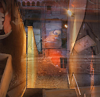 Mater Dolorosa<br /> <br /> Una heura de parets entre les runes,<br /> temple bastit amb pedres derrocades,<br /> els arcs brodats com r&iacute;nxols sobre el mur,<br /> finestres  esbotzades que davallen,<br /> en un precipici de tristeses,<br /> com ll&agrave;grimes gla&ccedil;ades per l'oblit.<br /> <br /> Cauen gotes de llum damunt d'un rostre,<br /> la bellesa benigna,<br /> el dolor desolat.<br /> <br /> La terra assedegada,<br /> crida el nom de la mort.<br /> <br /> Un mar de cendra als ulls.<br /> <br /> Carles Duarte i Montserrat<br /> <br /> <br /> Mater Dolorosa<br /> <br /> Un lierre de murs entre les d&eacute;combres,<br /> temple b&acirc;ti de pierres tomb&eacute;es,<br /> les arcs brod&eacute;s comme des boucles sur le mur,<br /> fen&ecirc;tres crev&eacute;es qui d&eacute;gringolent,<br /> dans un pr&eacute;cipice de tristesses,<br /> telles des larmes glac&eacute;es par l&rsquo;oubli.<br /> <br /> Des gouttes de lumi&egrave;re tombent sur un visage,<br /> beaut&eacute; bienfaitrice,<br /> douleur d&eacute;sol&eacute;e.<br /> <br /> La terre assoiff&eacute;e<br /> appelle la mort.<br /> <br /> Une mer de cendres dans les yeux.
