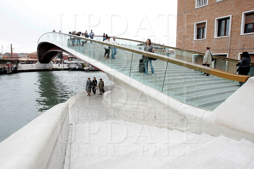 Il Ponte della Costituzione, progettato da Santiago Calatrava, sul Canal Grande a Venezia.<br /> People cross the new Ponte della Costituzione (Constitution Bridge) by Santiago Calatrava, along the Grande Canal in Venice.<br /> UPDATE IMAGES PRESS/Riccardo De Luca