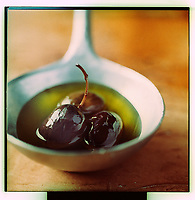 Europe/France/Rhône-Alpes/26/Drôme/Nyons: AOC Olives noires de Nyons et  Huile d'Olive de Nyons - Stylisme : Valérie LHOMME  //  France, Drome, Black olives and olive oil from Nyons PDO