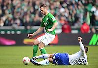 FUSSBALL   1. BUNDESLIGA   SAISON 2012/2013    28. SPIELTAG SV Werder Bremen - FC Schalke 04                          06.04.2013 Sead Kolasinac (re, FC Schalke 04) graetscht Marko Arnautovic (li, SV Werder Bremen) ab