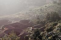 """La brume du matin sur les villages """"rentrés"""" des Tulous accrochés aux pentes du Fujian."""