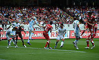 Fussball 2. Bundesliga:  Saison   2012/2013,    3. Spieltag  1. FC Kaiserslautern - TSV 1860 Muenchen   26.08.2012 (v. li.) Mohamadou Idrissou (1. FC Kaiserslautern)  gegen Kai Buelow ( 1860 Muenchen) und Jan Simunek (1. FC Kaiserslautern)