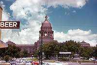 """Vintage view of the Texas State Capitol with """"Beer"""" sign at the Capitol Tavern Bar and retro cars and trucks parked along the Capitol in July 1958 - Stock Image."""