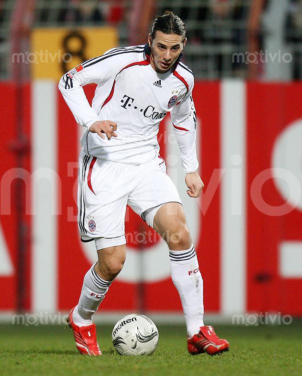 Fussball  1. Bundesliga  Saison 2006/2007 Claudio PIZARRO (FC Bayern Muenchen), Einzelaktion am Ball