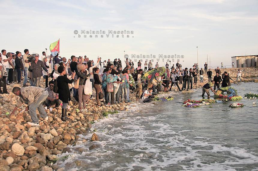 Agrigento, funerali di stato per i morti a Lampedusa, fiori lanciati a mare dai parenti delle vittime.<br /> Agrigento, state funeral for the dead in Lampedusa, flowers thrown into the sea by the relatives of victims