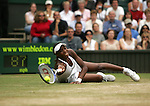 Tennis All England Championships Wimbledon Venus Williams (USA) streckt sich mit letzter Anstrengung auf dem Boden liegend nach einer Vorhand.