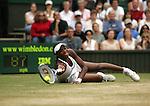 Tennis All England Championships Wimbledon Venus Williams (USA) streckt sich mit letzter Anstrengung auf dem Boden liegend nach einer Vorhand.