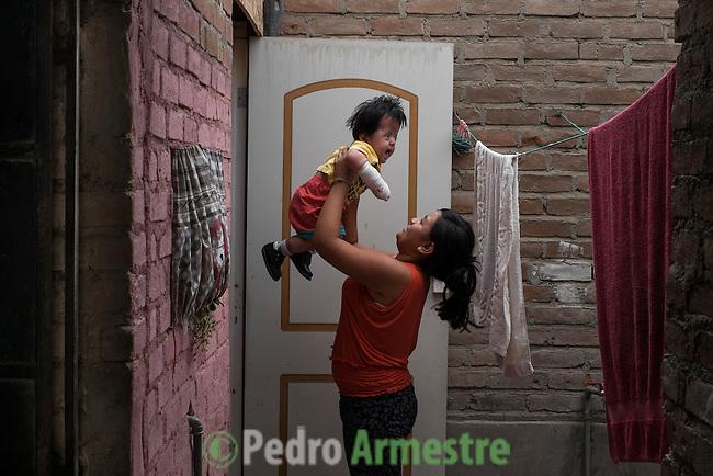 2015-03-04. UN &Aacute;NGEL CON LAS ALAS PEGADAS. &copy; Calamar2/Susana HIDALGO &amp; Pedro ARMESTRE<br />  Evelyn, de 14 a&ntilde;os, juega con su hermano &Aacute;ngel C&eacute;sar el d&iacute;a que regresa a casa tras la intervenci&oacute;n m&eacute;dica. <br />   &Aacute;ngel C&eacute;sar Alonso, de 10 meses, naci&oacute; por ces&aacute;rea en Chiclayo (Per&uacute;) y los m&eacute;dicos le diagnosticaron s&iacute;ndrome de Apert, una enfermedad gen&eacute;tica que afecta a la forma de la cabeza y que hace que el peque&ntilde;o tenga los ojos abultados y padezca sindactilia (los dedos de las manos y de los pies pegados). El s&iacute;ndrome de Apert es una de las 7.000 enfermedades raras que existen en el mundo y su prevalencia oscila entre 1 y 6 casos por cada 100.000 nacimientos. La historia de este beb&eacute; es la historia de unos padres coraje, C&eacute;sar Cruz y Edita Jim&eacute;nez, que se desviven para que el peque&ntilde;o pueda tener la mejor calidad de vida posible. C&eacute;sar y Edita acudieron el pasado mes de marzo junto a su beb&eacute; al hospital San Juan de Dios, en Chiclayo, al reclamo de una campa&ntilde;a solidaria de intervenciones quir&uacute;rgicas organizadas por la Sociedad Espa&ntilde;ola de Cirug&iacute;a Pl&aacute;stica, Reparadora y Est&eacute;tica (Secpre) y la ONG Juan Ciudad. Los cirujanos espa&ntilde;oles le operaron las manos para separar unos dedos de otros. La intervenci&oacute;n dur&oacute; aproximadamente una hora y media y el peque&ntilde;o necesit&oacute; de curas posteriores.<br /> La operaci&oacute;n fue el primer paso en la mejora de la salud de &Aacute;ngel. Necesitar&aacute; al menos otra m&aacute;s para separar los dedos de los pies. Sus padres son humildes y apenas tienen recursos.  C&eacute;sar, el padre, trabaja levantando casas de adobe. Edita, la madre, vive para su hijo y le gustar&iacute;a en un futuro retomar su profesi&oacute;n de enfermera. &copy; Calamar2/Pedro ARMESTRE<br /> <br />  AN ANGEL WITH THE WI