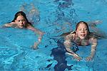 Foto: VidiPhoto<br /> <br /> ARNHEM - Als een van de eerste buitenzwembaden en bij een buitentemperatuur van slechts 3 graden Celsius, opende Openluchtzwembad Klarenbeek maandag om zeven uur 's morgens zijn deuren. Nog niet eerder in de ruim zestigjarige historie van het bad was de openingsdag zo koud. Doordat het ook 's nachts flink koud is, komt de watertemperatuur niet hoger dan 21 graden Celsius. Toch was het de eerste dag behoorlijk druk. Niet alleen met zwemmers die wat baantjes kwamen, trekken, maar vooral ook bezoekers die alvast een abonnement of meerbadenkaart kwamen kopen. &quot;Klarenbeek&quot; is het enige openluchtzwembad in Arnhem en wordt door de gemeente gesubsidieerd. Steeds meer buitenzwembaden moeten hun deuren sluiten door verminderde belangstelling en hoge onderhoudskosten. Ook het Arnhemse buitenbad weet nog maar net het hoofd boven water te houden. Foto: De zusjes Bloesem (14) en Rozemin (12) Glissenaar uit Arnhem trekken hun eerste buitenbaatjes van het jaar.