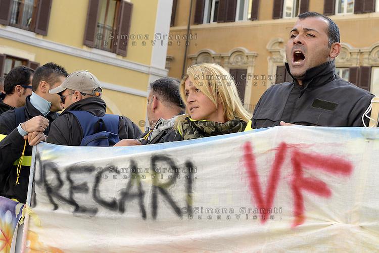 Roma, 28 Ottobre 2014<br /> Precarie e precari dei vigili del fuoco protestano davanti al Parlamento in Piazza Montecitorio per chiedere la stabilizzazione.