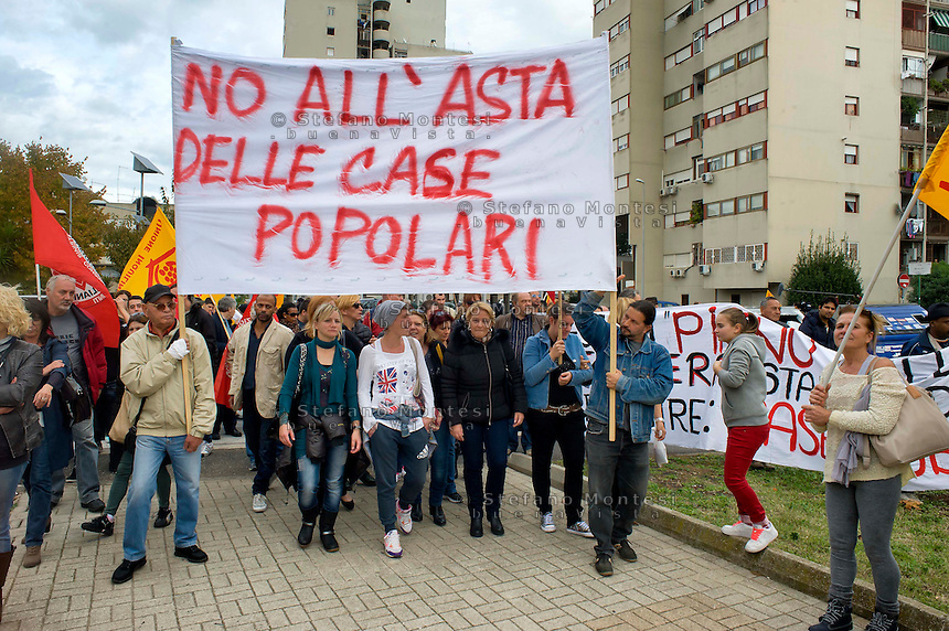 Roma 10 Novembre 2014<br /> Manifestazione degli inquilini delle case popolari di Primavalle contro il Piano Casa, del Governo Renzi, che prevede la vendita all&rsquo;asta, (e a prezzi di  mercato) delle case popolari.<br /> Rome November 10, 2014<br /> Demonstration of the tenants of public housing Primavalle against the housing plan, Prime Minister Renzi's government, which provides  for the auction sale (at market prices) of public housing.