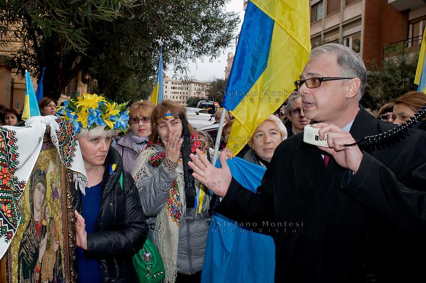 Roma 20 Febbraio 2014<br /> Manifestazione della comunit&agrave; ucraina davanti all' ambasciata dell'Ucraina  a Roma per le violenze contro i manifestanti anti-governativi  e contro la dittatura del presidente  Yanukovych. L'ambasciatore ucraino in Italia, Yevghen Perelygin, che &egrave; sceso sotto l'ambasciata,  per incontrare cittadini ucraini, per spiegare  le ragioni del governo ucraino, &egrave; stato contestato dai manifestanti &egrave; dovuto rientrare in ambasciata scortato dalle forze dell'ordine<br /> Rome 20 Febraury  2014<br /> Manifestation of the Ukrainian community in front of the 'Embassy of Ukraine in Rome for the violence against anti-government protesters and against the dictatorship of President Yanukovych . The Ukrainian Ambassador to Italy , Yevghen Perelygin , which fell below the embassy to meet with Ukrainian citizens  to explain the reasons for the Ukrainian government  was challenged by the protesters is had to return to the embassy escorted by the police.