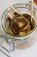 Europe/France/Auvergne/15/Cantal/Murat: Petit bocal de champignons lactaires au vinaigre en amuse-bouche recette de  Jérôme Cazanave,  chef du restaurant: Le Jarrousset,