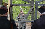 Foto: VidiPhoto<br /> <br /> ARNHEM - Re-enactors oefenen woensdag als Nederlandse en Duitse grenswachters uit de Eerste Wereldoorlog in het Nederlands Openluchtmuseum in Arnhem, terwijl een echtpaar illegaal de grens oversteekt. Het is de opmaat naar de offici&euml;le opening woensdagmiddag van een viertal bijzondere exposities, onderdeel van de toekomstige Canon van Nederland die in 2017 klaar moet zijn. Een van de meest bijzondere verbeeldingen is een nagebootste grens uit de Eerste Wereldoorlog tussen Nederland en Belgi&euml; met wachtposten, prikkel- en stroomdraad. Smokkelaars en vluchtelingen probeerden in die tijd met behulp van technieken, zoals een passeursraam die de stroomdraden uit elkaar moest houden, illegaal de grens te passeren. Door het hoge voltage was dat vaak met dodelijke afloop. Bezoekers mogen het passeursraam zelf uitproberen tijdens een smokkelspel. Om de werkelijkheid zo veel mogelijk te benaderen, staan de grensdraden onder spanning van (slechts) 12 volt. Het Nederlands Openluchtmuseum is door de overheid aangewezen om in 2017 de offici&euml;le Canon van Nederland te presenteren. De Canon bestaat uit vijftig belangrijke personen, creaties en gebeurtenissen die laten zien hoe Nederland geworden is tot het land waarin we nu leven.