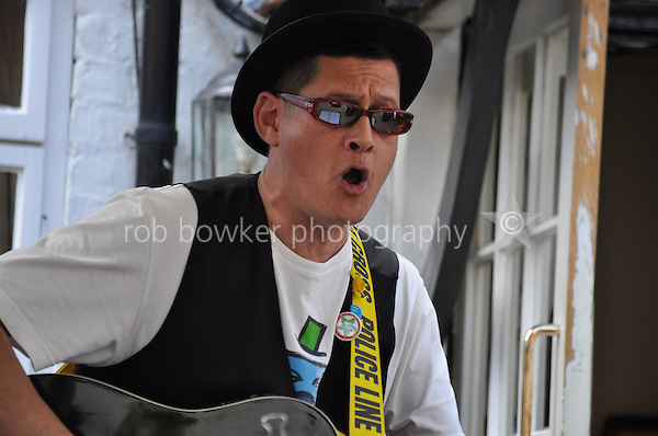 Splodge Watson busking at The George Hotel, Bunkfest, 2014, Wallingford.