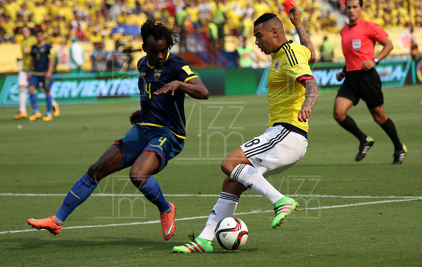 BARRANQUILLA  -COLOMBIA , 28,MARZO-2016. Edwin Cardona jugador de Colombia   disputa el balon con Juan Paredes  de Ecuador    por la fecha 6 de las eliminatorias para el mundial de Rusia 2018 jugado en el estadio Metropolitano Roberto Meléndez./ Edwin Cardona of Colombia fights for the ball with Juan Paredes of Ecuador  during   a match between Colombia and Ecuador as part of FIFA 2018 World Cup Qualifier six date at Metropolitano Roberto Melendez Stadium on March  28, 2015 in Barranquilla, Colombia. Photo: VizzorImage / Felipe Caicedo / Staff