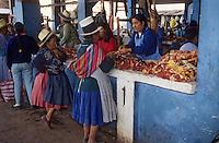 Amérique/Amérique du Sud/Pérou/Urubamba : Marchande de viande sur le marché