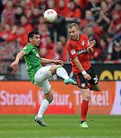 FUSSBALL   1. BUNDESLIGA   SAISON 2012/2013    31. SPIELTAG Bayer 04 Leverkusen - SV Werder Bremen                  27.04.2013 Oezkan Yildirim (li, SV Werder Bremen) gegen Michal Kadlec (re, Bayer 04 Leverkusen)