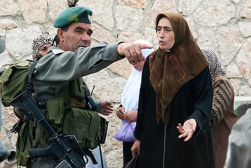 Betlehem, Palestine, sept 2009. Un vendredi pendant le mois de ramandan. Seules les femmes de plus de 45 ans et les hommes de plus de 50 sont autorisés à passer les check points vers Jérusalem. Des milliers de femmes font la queue au checkpoint depuis l'aube, pour tenter de rejoindre la mosquee Al Aqsa pour la priere du vendredi. L'acces est un vrai parcours du combattant tandis que les controles au checkpoint sont renforces.