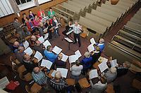CULTUUR: NIJEMIRUM: 01-10-2013, Dirigent Harm van Zuiden met Streekkoor Oudemirdum in de kerk van Nijemirdum, Hij staat 25 jaar voor dit koor, ©foto Martin de Jong