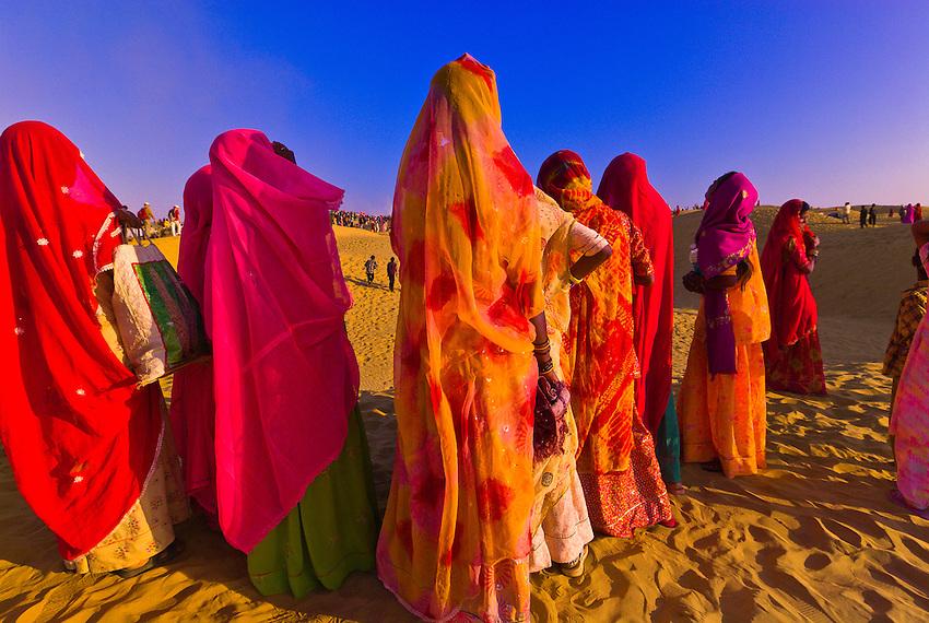 femmes du rajasthan dans le désert de Jaisalmer pendant le festival du désert
